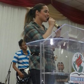 Cantora gospel, Perlla j vislumbra carreira de pastora