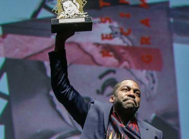 Lázaro Ramos é homenageado com troféu Oscarito no Festival de Gramado