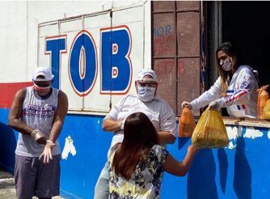 Torcedores do Bahia promovem entrega de alimentos e máscaras no Tororó, em Salvador