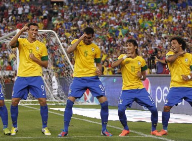 Neymar marca, dá passe e Brasil goleia os EUA