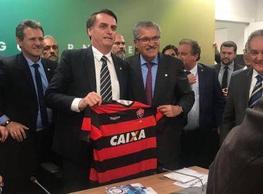 José Rocha presenteia Bolsonaro com camisa do Vitória