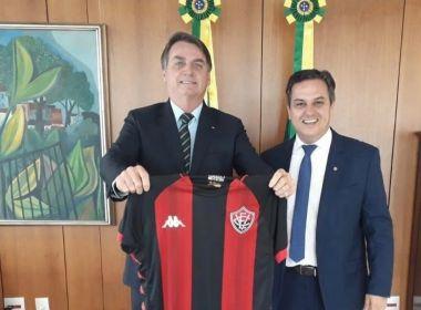 Presidente Bolsonaro é presenteado com a camisa do Vitória por deputado gaúcho