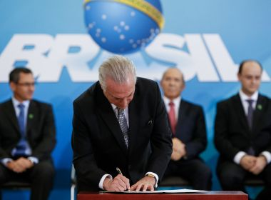 Temer dá posse a dez ministros e diz que composição político-partidária foi mantida