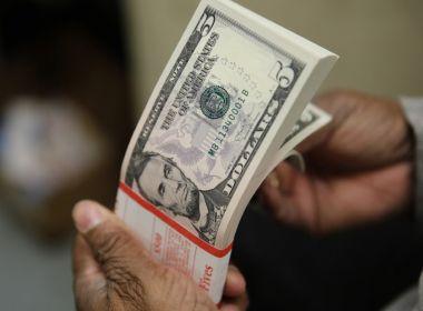 Após pouco mais de um ano, dólar volta a fechar abaixo de R$ 5