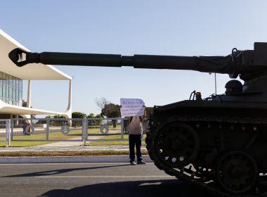 Desfile militar em dia do voto impresso dura 10 minutos e tem Bolsonaro no Planalto