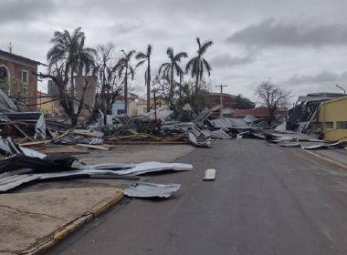 Tornado arranca mais de 100 árvores, destelha casas e deixa rastro de destruição em SP