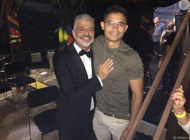 Lulu Santos posta foto com aliança e namorado baiano altera status na web para casado