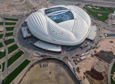 Bolsonaro visita estádio da Copa de 2022 e compara com os do Brasil