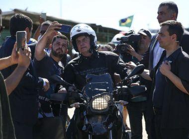 Bolsonaro aproveita Carnaval para dirigir moto em ruas de Guarujá, no litoral de SP