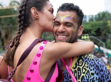 Daniel Alves estreia no Carnaval do Rio e evita falar de Neymar