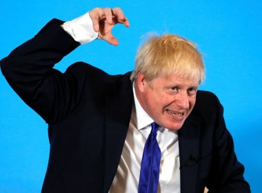 Boris Johnson lança ofensiva para manter 1,5 milhão de doentes em casa