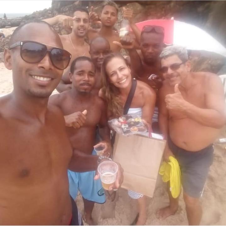 Daniela Prata vende brigadeiro nas praias de Salvador