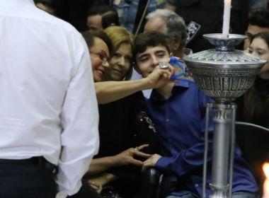 'Fã' interrompe velório e pede selfie a esposa e filho de Gugu; veja reações