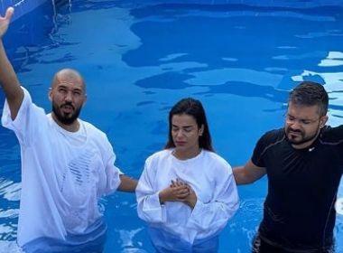 Líder do Babado, Mari Antunes se batiza na igreja evangélica: 'Frequento tem uns 10 anos'
