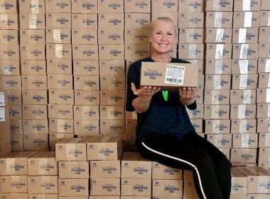 Após doar R$ 1 milhão ao SUS, Xuxa entrega 300 mil sabonetes para comunidades