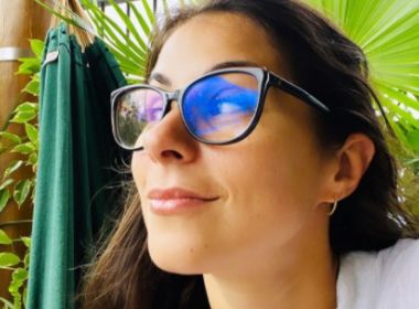 Afastada da TV Bahia após princípio de burnout, Jessica Senra faz viagem internacional