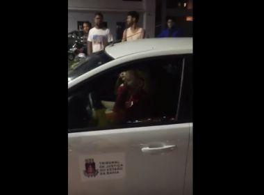 Feira de Santana: Falsa juíza tenta furar fila de posto com carro atribuído ao TJ-BA