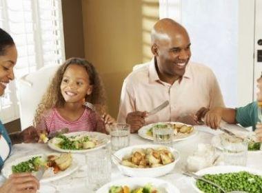 Crianças que comem com os pais se alimentam melhor, diz pesquisa