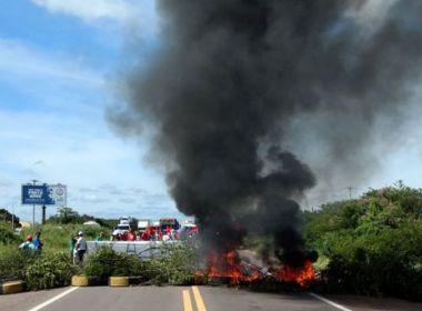 Manifestantes protestam contra prisão de ex-presidente Lula em estradas da Bahia