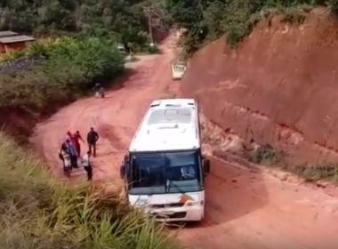 Ônibus fica atolado em estrada entre Trancoso e Arraial d'Ajuda; passageiros seguem a pé