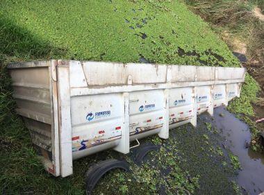 Sta Cruz da Vitória: Caminhão carregado com pedra tomba e parte de carroceria cai em rio