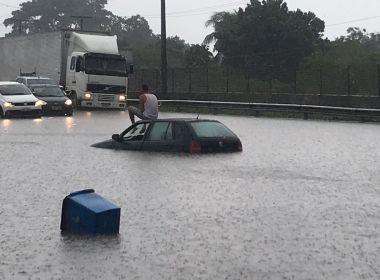 Amélia Rodrigues: Chuva faz motorista se abrigar em cima de carro