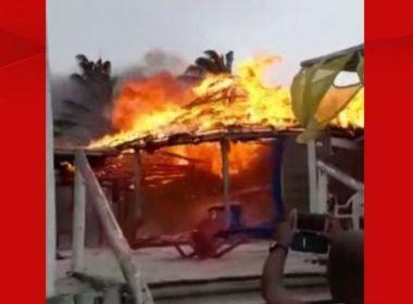 Faísca de braseiro de vendedor provoca incêndio em barraca em Santa Cruz Cabrália