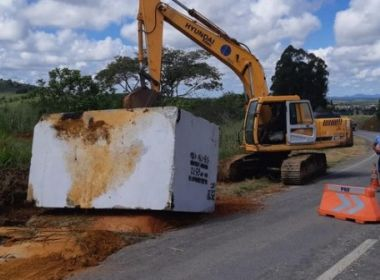 Itabela: Pedra com 30 toneladas é retirada da BR-101; material caiu de caminhão