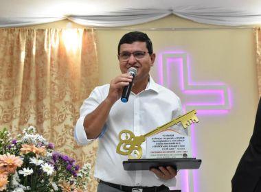 Guanambi: Prefeito 'recebe chave' de religiosos após 'entregar a Deus'