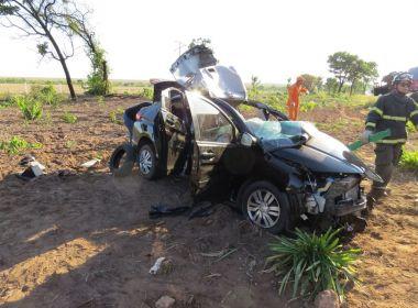 Barreiras: Homem fica ferido após colisão de carro com carreta na BR-242