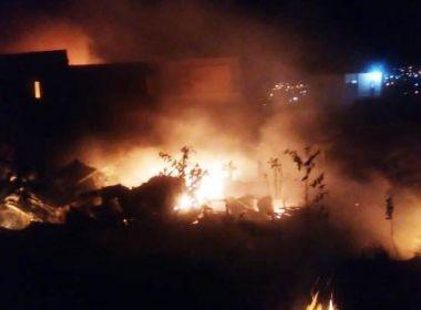 Incêndio de grandes proporções destrói ferro-velho em Feira de Santana