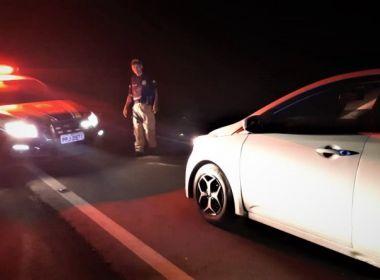 Motorista bêbado é flagrado dormindo em carro na BR-101