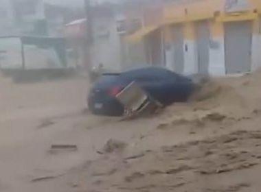 Com fortes chuvas, carros são arrastados por enxurrada em Ubaíra