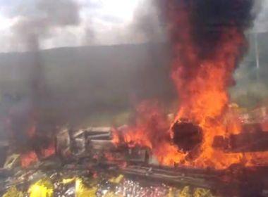 Brumado: Caminhão de bebidas capota e pega fogo em curva na BR-030