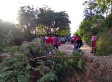Maiquinique: Grupo interdita trecho da BA-270 e reclama de estado de via