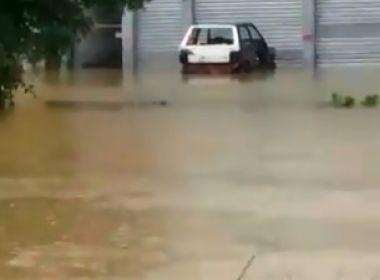 Lauro de Freitas: Chuva causa alagamento perto de shopping na Estrada do Coco