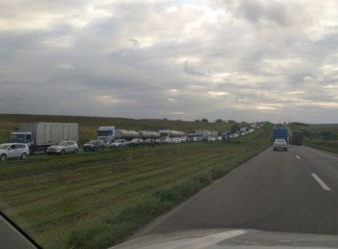 Caminhão tomba na BR-324 e interdição provoca congestionamento no sentido Salvador