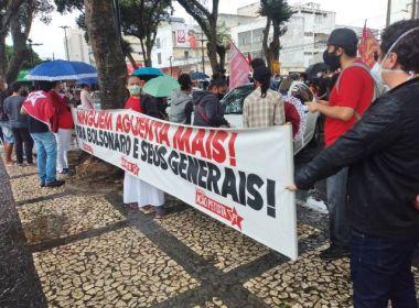Feira: Manifestantes protestam contra presidente; ato também critica volta das aulas