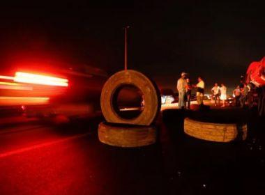 Por Bolsonaro e contra alta no combustível, caminheiros fecham via em Feira