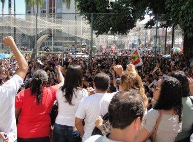 Professores decidem continuar greve