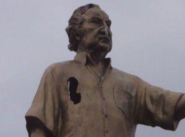 Estátuas de Jorge Amado sofrem ato de vandalismo
