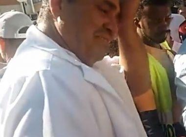 Ambulante se emociona após população comprar salgados que seriam apreendidos em MG