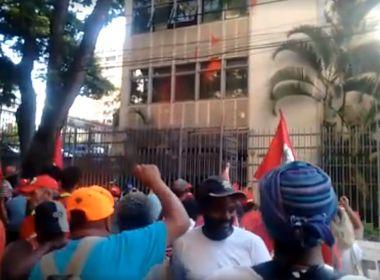 Manifestantes pró-Lula jogam tinta vermelha em prédio de Cármen Lúcia em BH