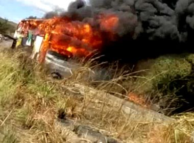 Formosa do Rio Preto: Ônibus com 40 passageiros pega fogo na BR 135