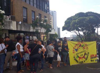 Professores municipais mantêm greve em Salvador e bloqueiam entrada da Smed
