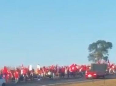 Caminhada do MST segue em 3° dia de marcha que cobra candidatura de Lula; veja vídeo