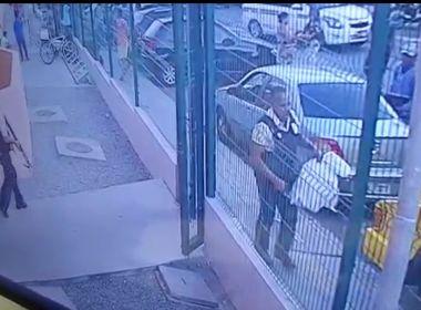 Vídeo mostra momento em que assaltantes atiram em seguranças e roubam carro forte