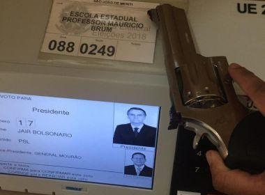 Crime eleitoral: Eleitores de Bolsonaro postam fotos e vídeos com armas na urna