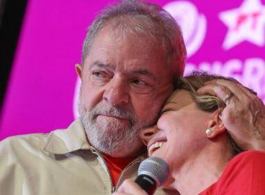 Agrados de Gleisi a Lula são táticas para continuar na presidência, dizem petistas