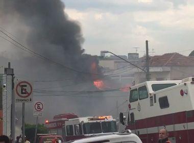 Avião de pequeno porte cai sobre casas em São Paulo; acidente deixa 2 mortos
